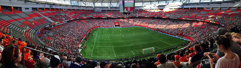 Naisten MM-jalkapalloa katsomassa
